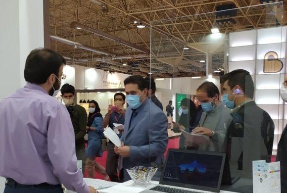 بازدید دکتر وحدت از غرفه صندوق ایرانیان